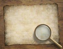 Pergaminho ou mapa velho na mesa de madeira com Fotografia de Stock Royalty Free