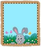 Pergamino con el conejito de pascua que está al acecho 2 Foto de archivo