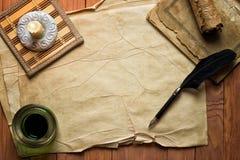Pergaminowy papier z quil atramentem i piórem zaświecał świeczką Obraz Stock