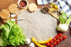 Pergaminowy papier z warzywami i pikantność na kuchennym stole Obrazy Royalty Free