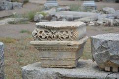 Η αρχαία πόλη Perge Antalya, η αγορά, η αρχαία ρωμαϊκή αυτοκρατορία, κέντησε τη βάση στηλών Στοκ Εικόνες