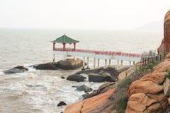 Pergola cinese sulla costa di mare in Macao Fotografia Stock