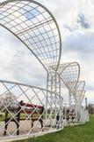 Pergola de parc en métal blanc avec des bancs Photo stock