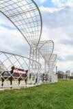 Pergola de parc en métal blanc avec le banc Photo stock