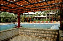 Pergola en zwembad Royalty-vrije Stock Afbeeldingen