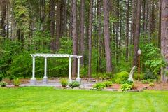 Pergola et arbres de mariage Image stock