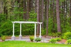 Pergola et arbres de mariage Photo libre de droits
