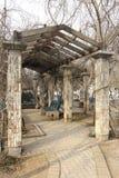 pergola för park för kolonnkorridorträdgård Arkivfoto