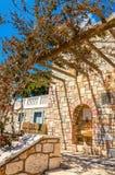 Pergola framme på typial grekisk balkong av stenhuset Royaltyfria Bilder