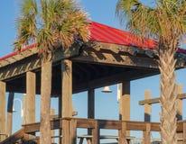 Pergola le long de la promenade chez Carolina Beach images libres de droits