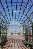 Pergola nel giardino della città immagine stock
