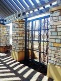 Pergolan med vinrankaväggen parkerar in Royaltyfria Bilder