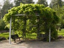 Pergoli gazebo w pięknym ogródzie zdjęcie stock