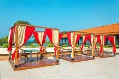 Pergolor med tabeller och stolar i restaurang royaltyfria bilder