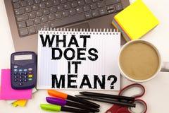 A pergunta conceptual da inspiração do subtítulo do texto da escrita da mão mostrando o que ele significa Conceito do negócio par Fotos de Stock Royalty Free
