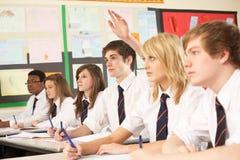 Pergunta de resposta do estudante adolescente Foto de Stock Royalty Free