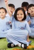 Pergunta de resposta do estudante na escola chinesa imagens de stock royalty free