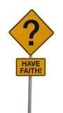 A pergunta Mark Road Sign w TEM a mensagem da FÉ Imagem de Stock