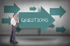 Perguntas contra apontar azul das setas fotos de stock