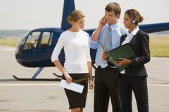 Perguntas do negócio no heliporto Fotografia de Stock Royalty Free