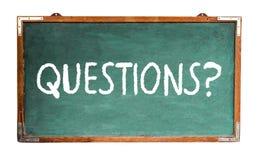 Perguntas? text a mensagem da palavra no giz branco escrito em um quadro de madeira do vintage sujo velho verde largo ou em um qu fotos de stock royalty free