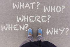 perguntas 5W na terra, nos pés e nas sapatas do asfalto no assoalho Imagens de Stock Royalty Free