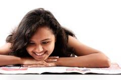 Periódico adolescente indio de la lectura de Smilling Fotografía de archivo libre de regalías