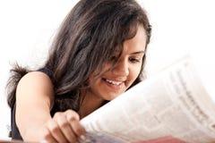 Periódico adolescente indio de la lectura de Smilling Imagenes de archivo
