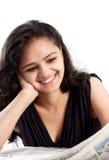 Periódico adolescente indio sonriente de la lectura Imagenes de archivo