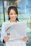 Periódico asiático de la lectura de la mujer de negocios Imagen de archivo