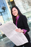 Periódico asiático de la lectura de la mujer de negocios imagenes de archivo