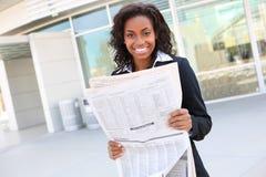 Periódico bonito de la lectura de la mujer de negocios Imagen de archivo libre de regalías