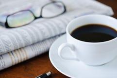 Periódico, café y vidrios 1 Fotografía de archivo libre de regalías