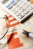 Periódico, calculadora y pluma financieros Imágenes de archivo libres de regalías