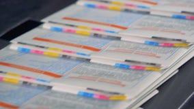 Periódico colorido en una línea, cierre para arriba Equipo de Printhouse metrajes