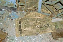 Periódico comunista viejo en el edificio abandonado en escuela en la zona de Chernóbil Imágenes de archivo libres de regalías
