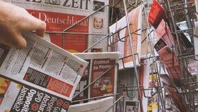 Periódico con el retrato de Angela Merkel Martin Schulz antes del día de elecciones para el canciller de Alemania almacen de video