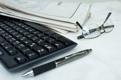 Periódico con el teclado en el fondo blanco imágenes de archivo libres de regalías