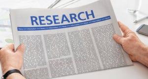 Periódico con la investigación del título fotos de archivo
