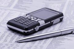 Periódico con la pluma y el teléfono móvil Foto de archivo