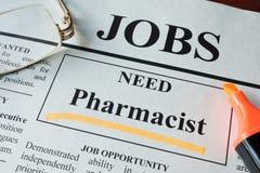 Periódico con los anuncios para el farmacéutico de la vacante imagen de archivo libre de regalías