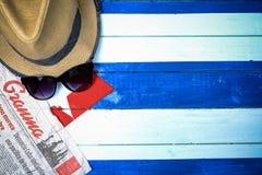 Periódico cubano y bandera nacional Imagen de archivo