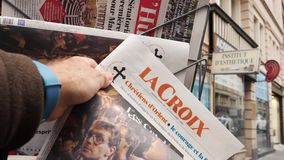 Periódico de Croix del La sobre elecciones en Alemania almacen de metraje de vídeo