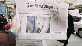 periódico de Frankfurter Allgemeine Zeitung en el quiosco de la prensa que ofrece la elección alemana almacen de metraje de vídeo