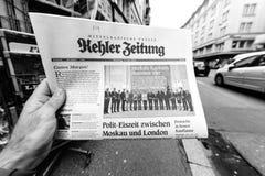Periódico de Kehler Zeitung en el quiosco de la prensa que ofrece a Angela Dorothe Fotos de archivo