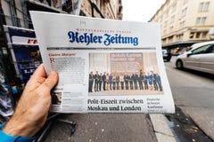 Periódico de Kehler Zeitung en el quiosco de la prensa que ofrece a Angela Dorothe Imagen de archivo libre de regalías