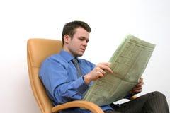 Periódico de la lectura fotos de archivo libres de regalías