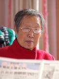 Periódico de la lectura de la abuela Imagen de archivo