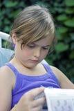 Periódico de la lectura de la muchacha Fotografía de archivo libre de regalías