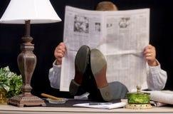 Periódico de la lectura del hombre foto de archivo